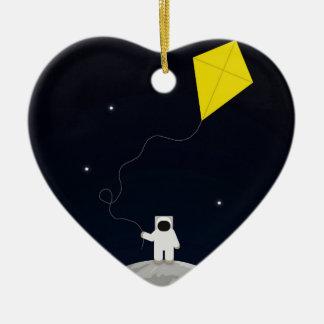 Astronauta con una cometa adorno de cerámica en forma de corazón