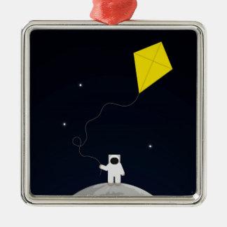 Astronauta con una cometa adorno cuadrado plateado