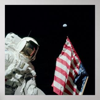 Astronauta de Apolo 17 con la vista de la tierra Posters
