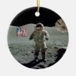 Astronauta de Apolo 17 en el valle de Littrow del Adorno Navideño Redondo De Cerámica