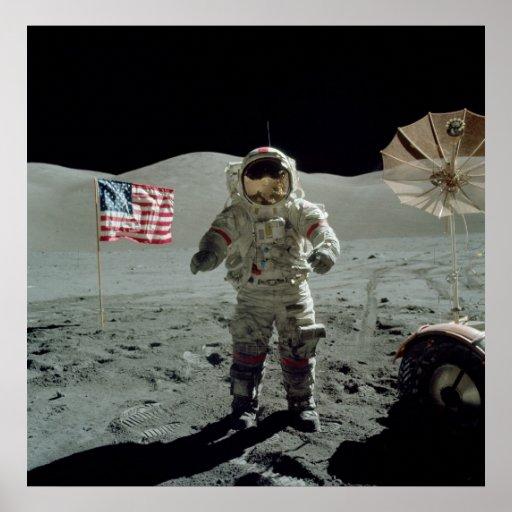 Astronauta de Apolo 17 en el valle de Littrow del  Posters