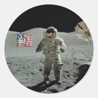 Astronauta de Apolo 17 en el valle de Littrow del Pegatina Redonda