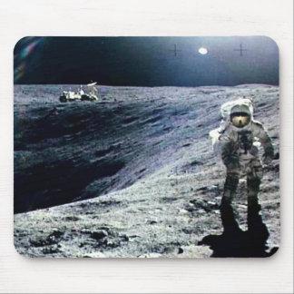 Astronauta de Apolo que camina en la luna y el crá Alfombrillas De Ratón