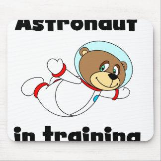 Astronauta del oso en el entrenamiento tapetes de raton
