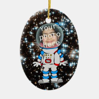 Astronauta en el entrenamiento - plantilla del adorno ovalado de cerámica