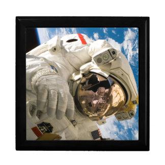 Astronauta en el espacio que repara la foto de la  cajas de regalo