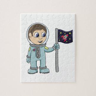 Astronauta feliz del dibujo animado que sostiene l rompecabeza con fotos