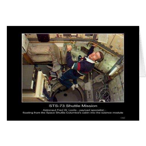 Astronauta Fred W. Leslie que flota dentro del esp Tarjeta De Felicitación