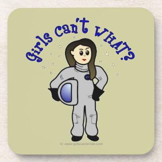 Astronauta ligero de la mujer posavasos de bebida