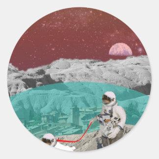 Astronauta lunar de la colonia con el perro pegatina redonda