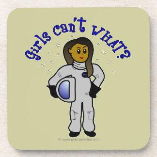 Astronauta oscuro de la mujer posavasos de bebidas