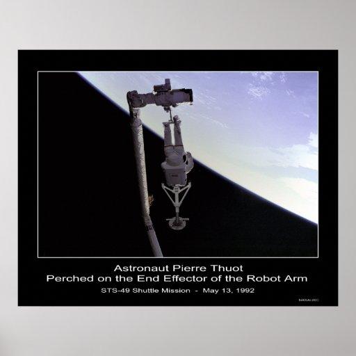 Astronauta Pedro Thout encaramado en el extremo de Póster