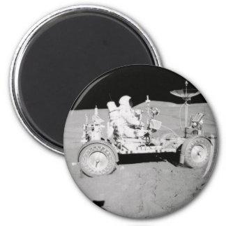 Astronauta que conduce el Lander lunar en la luna Iman