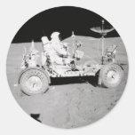 Astronauta que conduce el Lander lunar en la luna Pegatina Redonda