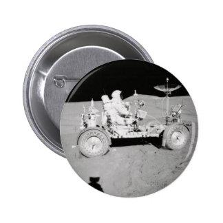 Astronauta que conduce el Lander lunar en la luna Pin Redondo De 2 Pulgadas