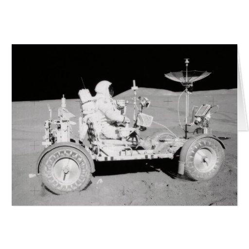 Astronauta que conduce el Lander lunar en la luna Tarjeta De Felicitación