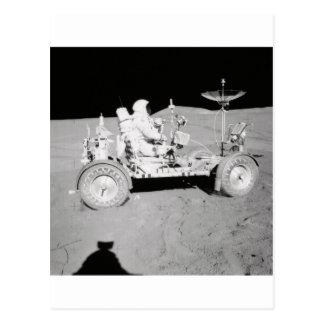Astronauta que conduce el Lander lunar en la luna Tarjeta Postal