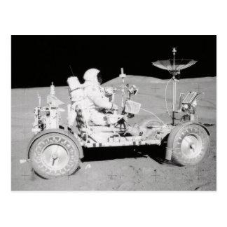 Astronauta que conduce el Lander lunar en la luna Tarjetas Postales