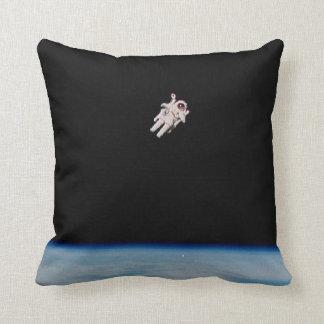 Astronauta que flota en el espacio - amortiguador cojín decorativo