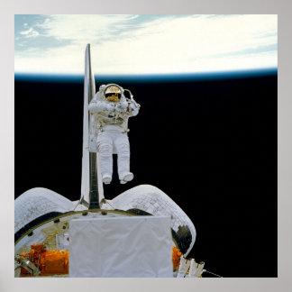 Astronauta que flota sobre descubrimiento de la la impresiones