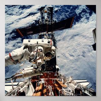 Astronauta que trabaja en el telescopio espacial d posters