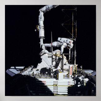 Astronauta que trabaja en la bahía de cargo (STS-6 Impresiones