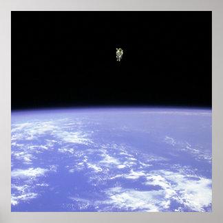 Astronauta que usa la unidad servida de Manueverin Poster