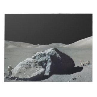 Astronauta y vehículo de Apolo 17 en la luna Blocs