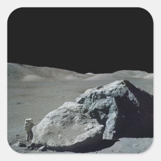 Astronauta y vehículo de Apolo 17 en la luna Pegatina Cuadrada
