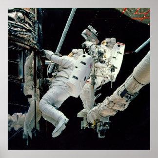 Astronautas que trabajan en el Hubble Póster