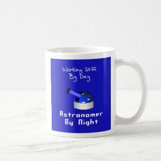 Astrónomo tieso de trabajo tazas de café