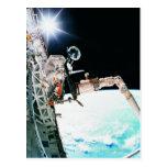 Astronuat que trabaja en espacio tarjetas postales