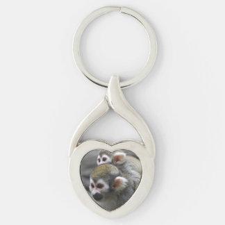 Asunto del mono de ardilla llavero plateado en forma de corazón