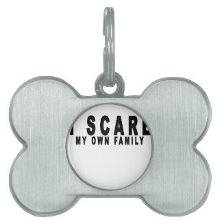 asusto a mi propia familia t-shirts.png placa de mascota