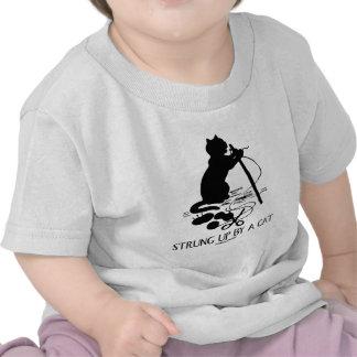 Atado para arriba por un gato (actitud del gato) camisetas