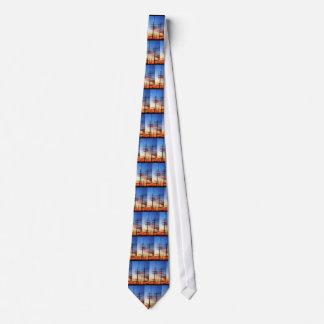 Atadura de cables del poder con puesta del sol corbatas