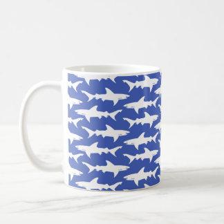 Ataque del tiburón - azul y blanco taza básica blanca