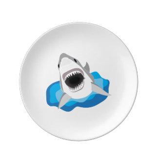 Ataque del tiburón - el gran tiburón blanco salta platos de cerámica