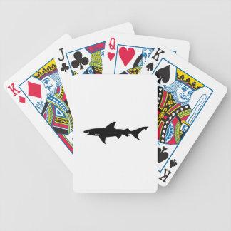 Ataque del tiburón - salto con negro elegante de l barajas de cartas