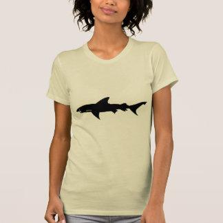 Ataque del tiburón - salto con negro elegante de playera