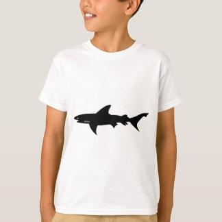 Ataque del tiburón - salto con negro elegante de playeras
