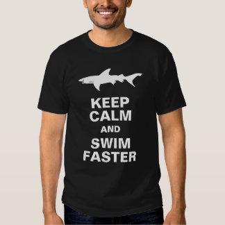 Ataque divertido del tiburón:  Guarde la calma y Polera