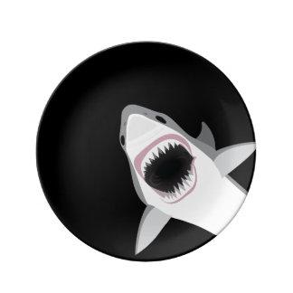 Ataque divertido del tiburón platos de cerámica