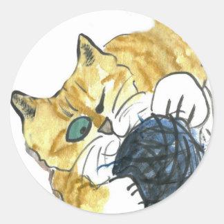 Ataque observado del hilado del gatito uno del pegatina redonda