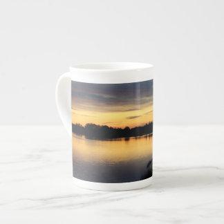 Atardecer y puesta de sol en la laguna de El Rocío Tazas De China