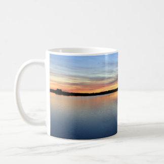 Atardecer y puesta de sol en la laguna de El Rocío Taza