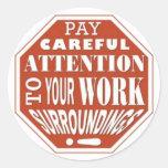 Atención cuidadosa de la paga a sus alrededores pegatina redonda