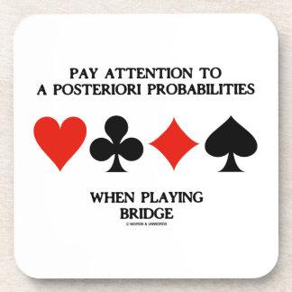 Atención de la paga a posteriori al puente de las  posavasos de bebida