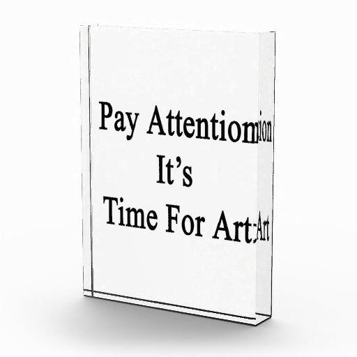 Atención de la paga es hora para el arte