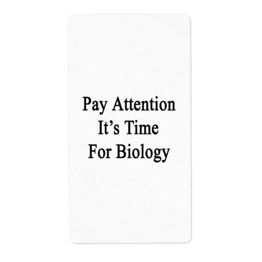Atención de la paga es hora para la biología etiqueta de envío